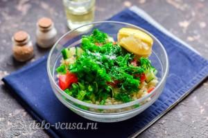 Заправляем салат маслом и лимонным соком