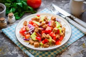 Салат по-селянски с сухариками готов