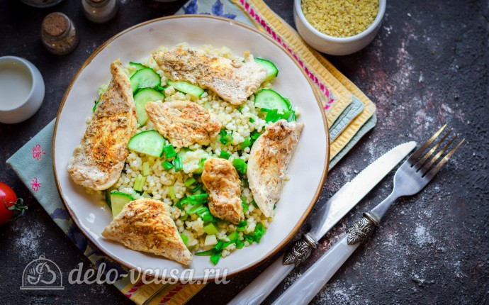 Теплый салат с булгуром и курицей