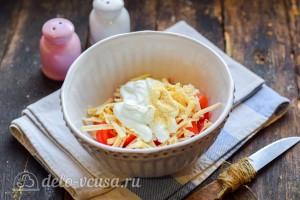 Заправляем салат майонезом и специями по вкусу