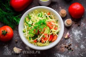 Салат из савойской капусты и помидоров готов