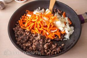 Добавляем в сковороду морковь и лук