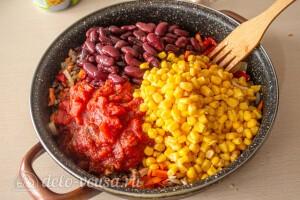 Добавляем кукурузу, фасоль и томаты