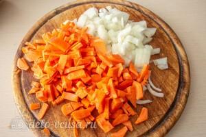 Морковь и лук нарезаем небольшими кубиками