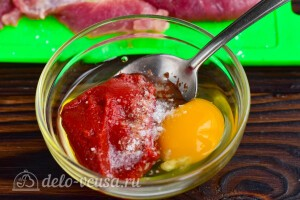 Соединяем яйцо с пастой и специями