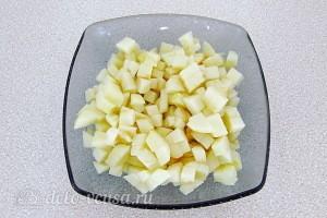 Очищаем яблоки и режем их