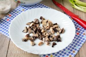 Режем маринованные грибы кубиками