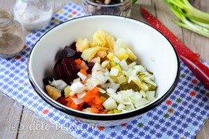 Соединяем овощи и лук в миске