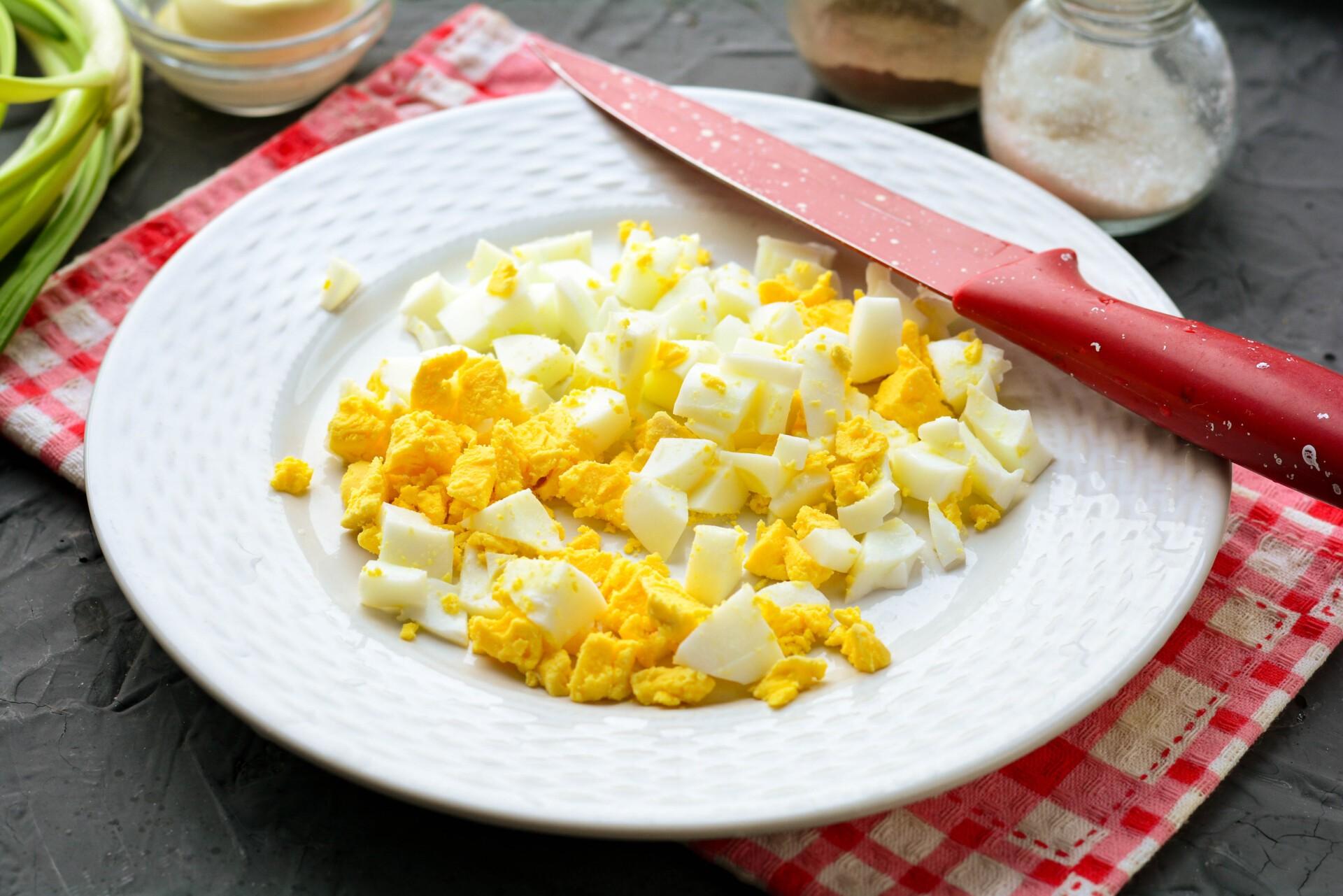 Вареное яйцо нарезать кубиками