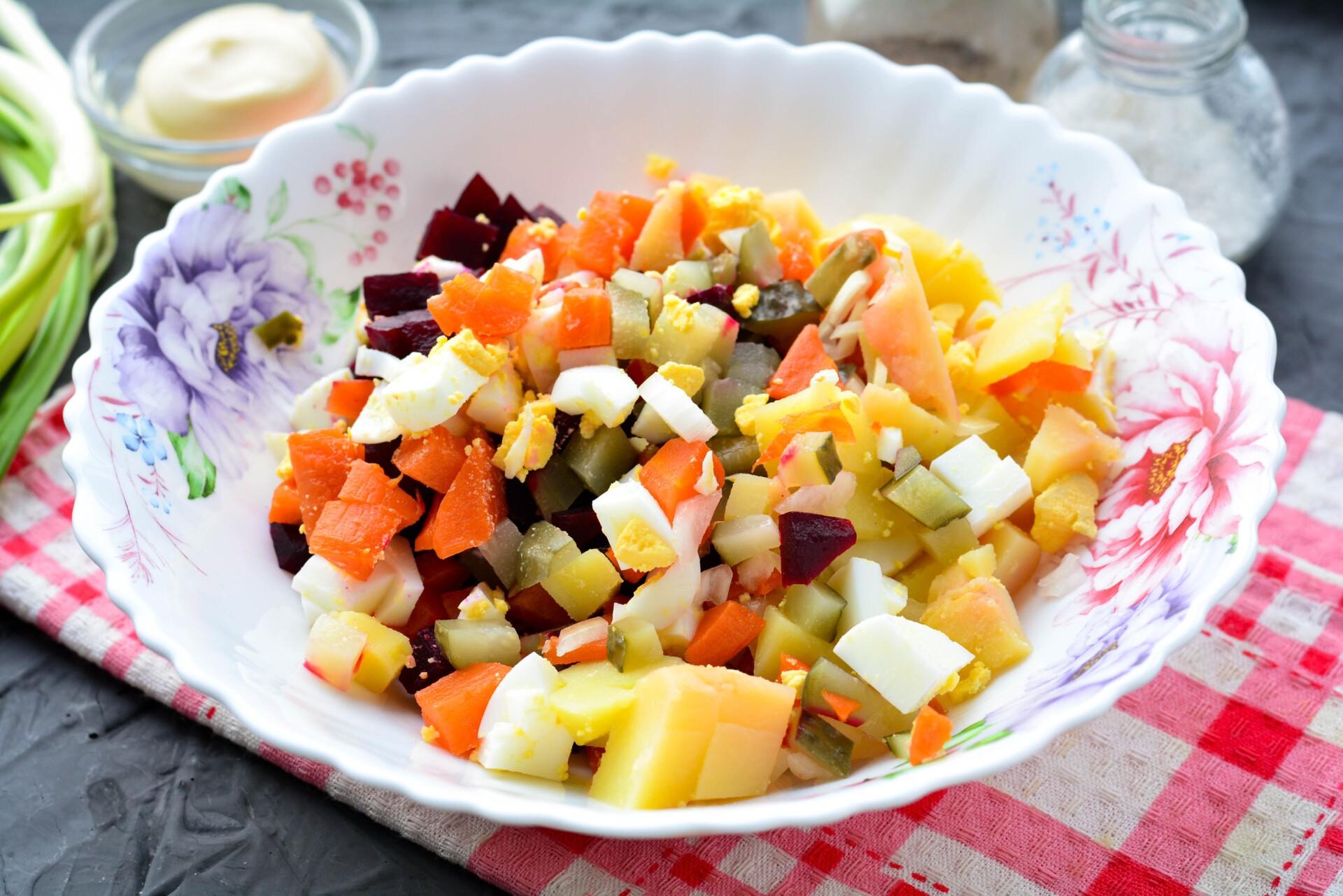 Соединяем все овощи в салатнике и добавляем специи по вкусу