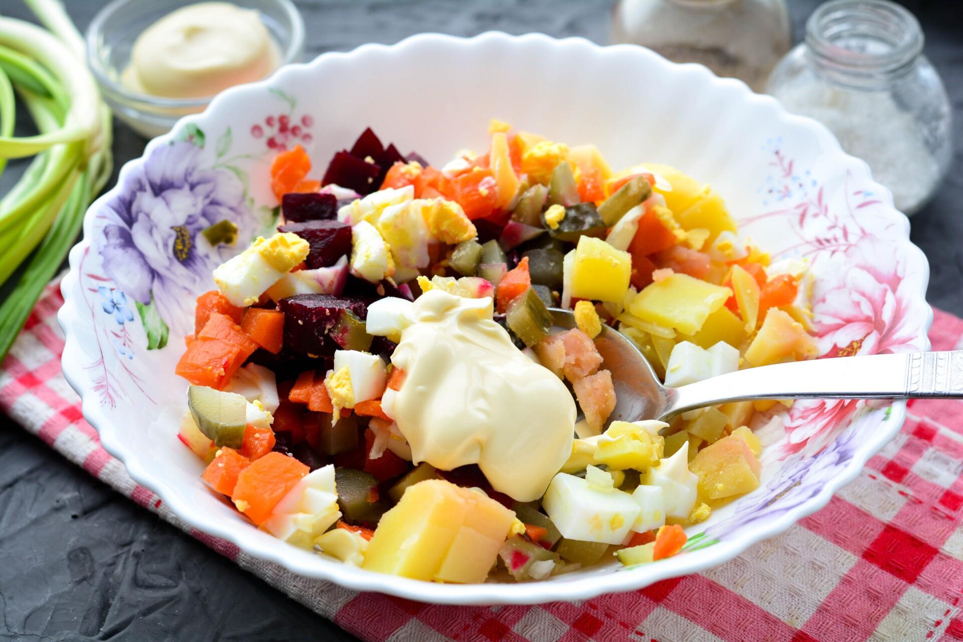 Добавляем майонез и перемешиваем салат