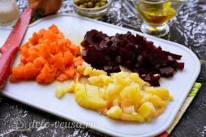 Картошку, морковь и свеклу режем кубиками