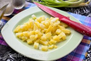 Режем кубиками вареную картошку