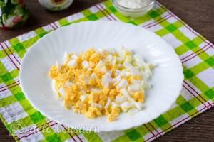 Вареные яйца режем кубиками