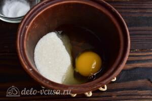 Соединяем яйцо с сахаром