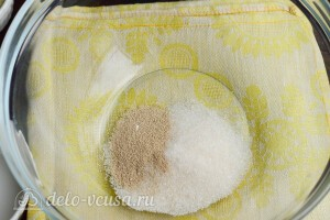 Соединяем сахар и дрожжи