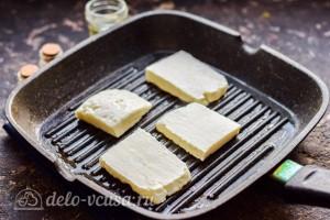 Кладем сыр на разогретую сковороду