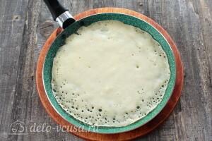 Смазываем сковороду маслом и выпекаем блины