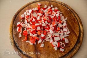 Режем кубиками крабовые палочки