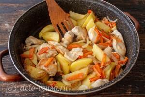 Обжариваем курицу, лук, морковь и картофель