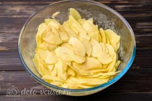 Отправляем яблоки по одному ломтику в тесто