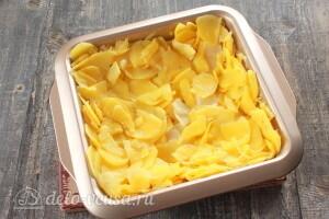 Тонка нарезаем картофель и укладываем ее в форму