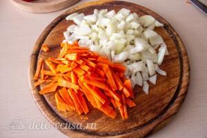 Лук и морковь режем