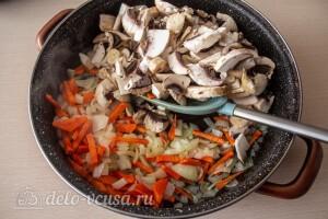 Жарим овощи и добавляем к ним грибы