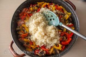 Добавляем в сковороду промытый рис