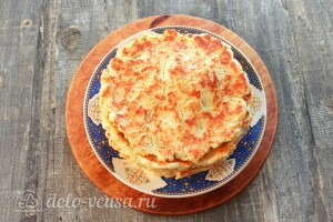 Складываем готовые хачапури на тарелку