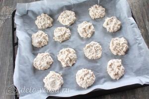Выкладываем печенье на пекарскую бумагу