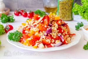 Салат из булгура со сладким перцем и помидорами готов