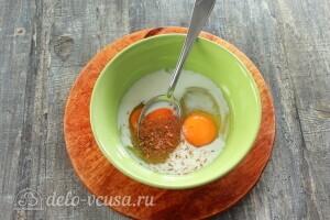 Соединяем яйца и сливки