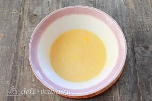 Соединяем яйца, сметану и соль, перемешиваем