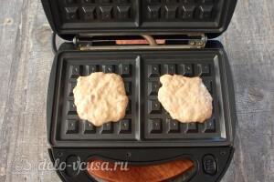 В разогретую вафельницу добавляем тесто