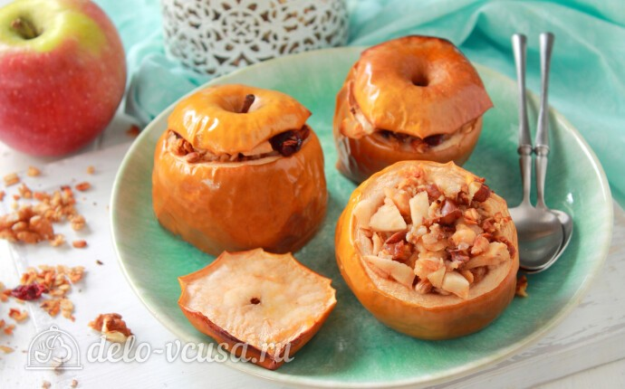 Запеченные яблоки с гранолой