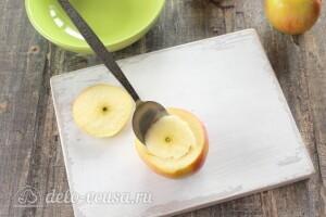 Вынимаем из яблок сердцевину
