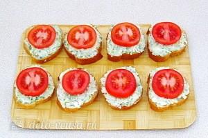 Кладем на бутерброды помидоры