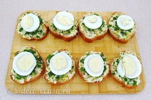 Кладем яйцо на бутерброды