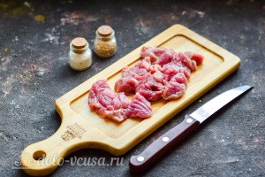 Режем небольшими кусочками говядину