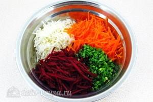 Соединяем морковь, свеклу, редьку и лук
