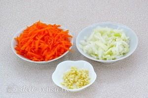 Лук режем, морковь трем на терке, чеснок измельчаем