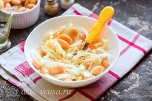 Салат из квашеной капусты с фасолью готов