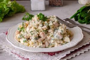 Салат из череши, картофеля и фасоли готов