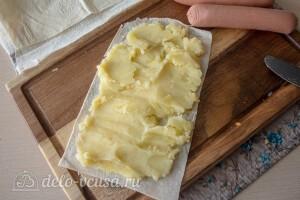 Полоску лаваша смазываем картофельным пюре