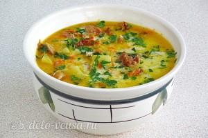 Сырный суп с копчёными рёбрышками готов