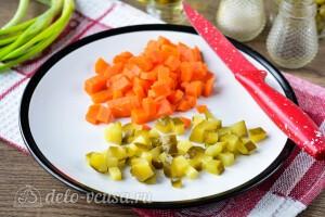 Вареную морковь и соленые огурцы режем кубиками