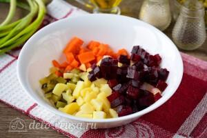 Соединяем овощи в салатнике