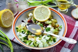 Заправляем винегрет солью, перцем, маслом и лимонным соком