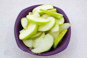 Чистим яблоки от семян и режем дольками